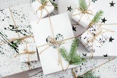 Composizione in natale Rami di albero del regalo e dell'abete di Natale Vista superiore, disposizione piana Fotografia Stock Libera da Diritti