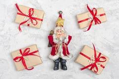 Composizione in natale Regali della decorazione di Natale, scintillio, palle di Natale, caramella, fiocchi di neve su fondo concr immagini stock libere da diritti
