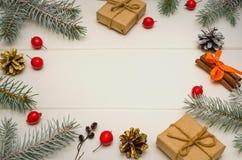 Composizione in natale Regali di Natale, rami di albero dell'abete su fondo di legno bianco Disposizione piana, struttura fotografia stock