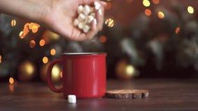 Composizione in natale Regalo, decorazioni dorate di natale, rami del cipresso, pigne su fondo bianco Disposizione piana, vista s stock footage