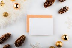 Composizione in natale Spazio in bianco di carta, decorazioni dorate su fondo bianco Disposizione piana, vista superiore, spazio  immagini stock libere da diritti