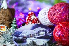Composizione in Natale su fondo di legno con le palle di Natale e l'albero di Natale verde del ramo con le pigne, candela brucian Immagini Stock