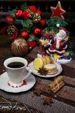 Composizione in Natale: una tazza di caffè nero e dei maccheroni dolci fotografia stock libera da diritti