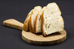 Composizione in natura morta con il tagliere della cucina e le fette di pane di legno Immagine Stock