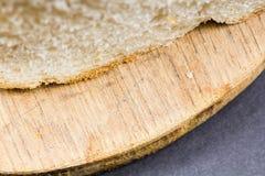 Composizione in natura morta con il tagliere della cucina e le fette di pane di legno Fotografia Stock