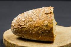 Composizione in natura morta con il tagliere ed il pane di legno della cucina Fotografie Stock