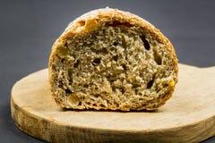 Composizione in natura morta con il tagliere ed il pane di legno della cucina Fotografia Stock Libera da Diritti
