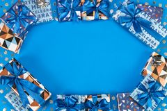 Composizione nei contenitori di regalo su fondo blu Spazio piano del testo di disposizione fotografia stock