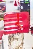 Composizione nei regali di Natale con lettiera ed altre decorazioni Immagini Stock