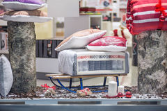 Composizione nei regali di Natale con lettiera, i cuscini e l'altro deco Immagini Stock