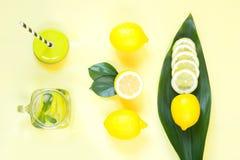 Composizione nel limone di estate per la cottura della limonata della disintossicazione con la menta ed il ghiaccio in barattolo  Immagini Stock