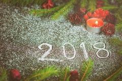 Composizione nel nuovo anno con gli abeti, i coni e le candele Fotografia Stock