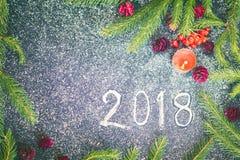 Composizione nel nuovo anno con gli abeti, i coni e le candele Immagine Stock