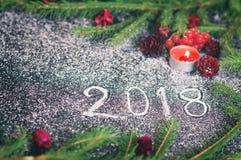 Composizione nel nuovo anno con gli abeti, i coni e le candele Immagine Stock Libera da Diritti