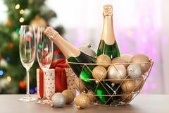 Composizione nel nuovo anno con le bottiglie di champagne immagini stock libere da diritti