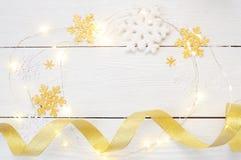 Composizione nel nuovo anno o in Natale regali e decorazioni di natale nei colori dell'oro su fondo bianco Festa e fotografie stock