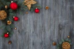 Composizione nel nuovo anno, tavola di legno, abete rosso, palle di natale Immagini Stock