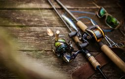 Composizione nell'attrezzatura di pesca, fondo di legno immagini stock