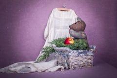 Composizione nella decorazione di Natale con l'orso del giocattolo, vestito antico Immagini Stock Libere da Diritti