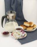 Composizione nella prima colazione con una tazza di tè Fotografia Stock Libera da Diritti