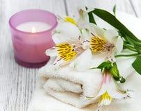 Composizione nella stazione termale con i fiori di alstroemeria Fotografia Stock
