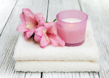 Composizione nella stazione termale con i fiori di alstroemeria Fotografia Stock Libera da Diritti