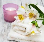 Composizione nella stazione termale con i fiori di alstroemeria Immagine Stock