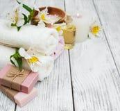 Composizione nella stazione termale con i fiori di alstroemeria Immagine Stock Libera da Diritti