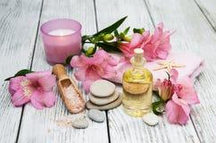 Composizione nella stazione termale con i fiori di alstroemeria Immagini Stock Libere da Diritti