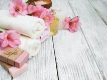 Composizione nella stazione termale con i fiori di alstroemeria Fotografie Stock