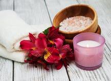 Composizione nella stazione termale con i fiori di alstroemeria Immagini Stock