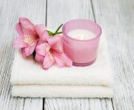 Composizione nella stazione termale con i fiori di alstroemeria Fotografie Stock Libere da Diritti
