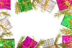 Composizione nella struttura di Natale con i contenitori di regalo, i rami dell'abete ed il foglio di carta vuoto nel centro fotografie stock libere da diritti