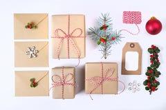 Composizione nella struttura di Natale Natale regalo, ramo del pino, palle rosse, busta, fiocchi di neve di legno bianchi, nastro Fotografie Stock Libere da Diritti