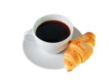 Composizione nella tazza di caffè e nel croissant isolata sopra bianco immagini stock