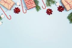 Composizione nelle decorazioni di Natale sopra fondo blu con lo spazio della copia per testo fotografia stock libera da diritti