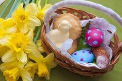 Composizione in Pasqua - canestro tradizionale con alimento Fotografie Stock