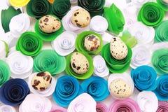 Composizione in Pasqua con la decorazione festiva dei fiori ed uova degli ossequi tradizionali le mini Immagine Stock Libera da Diritti