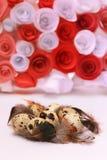 Composizione in Pasqua con la decorazione festiva dei fiori ed uova degli ossequi tradizionali le mini Fotografia Stock Libera da Diritti