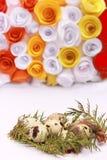 Composizione in Pasqua con la decorazione festiva dei fiori ed uova degli ossequi tradizionali le mini Fotografie Stock