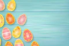 Composizione in Pasqua con le uova di cioccolato sul fondo di legno di colore, spazio per testo 3d rendono il vettore realistico Fotografie Stock Libere da Diritti