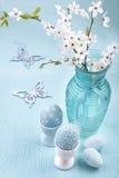 Composizione in Pasqua con le uova ed i fiori di ciliegia Immagini Stock