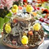 Composizione in Pasqua con le uova ed i polli Immagini Stock Libere da Diritti