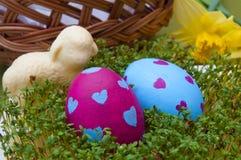 Composizione in Pasqua - le uova ed il cioccolato dipinti a mano figliano Fotografia Stock