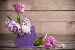 Composizione in Pasqua su vecchio fondo di legno Fotografia Stock