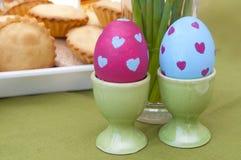 Composizione in Pasqua - uova e pasticceria dipinte Fotografia Stock