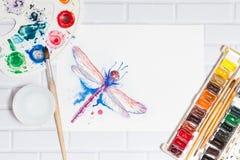 Composizione piana con lo schizzo della libellula e delle pitture Immagine Stock Libera da Diritti