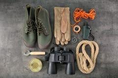 Composizione piana in disposizione con attrezzatura di campeggio fotografie stock