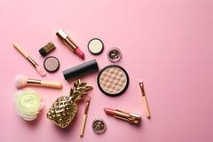 Composizione piana in disposizione con i cosmetici decorativi immagini stock libere da diritti