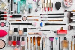 Composizione piana in disposizione con i prodotti cosmetici Fotografie Stock Libere da Diritti